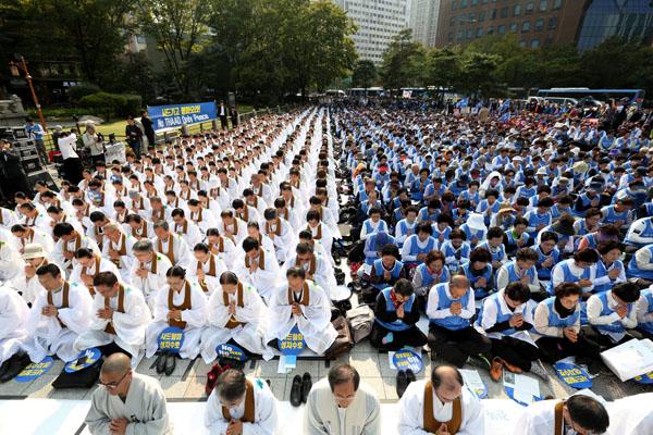 2016년 10월 11일 서울 종로 보신각에서 원불교, 성주·김천 시민 등의 연대집회로 열린 '원-피스(One-Peace) 종교·시민 평화결사' 현장. ©연합뉴스