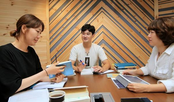 왼쪽부터 박소란, 한영인, 하재연.  Ⓒ 김준연