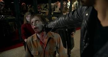 「시체들의 새벽」의 한 장면. 상품 주위를 영원히 배회하는 좀비의 모습은 소비자본주의에 대한 비판이다.