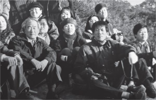 영남대 재직 당시 학생들과 경주 남산 유적 답사에서. 맨 앞줄 왼쪽에 김윤수, 오른쪽에 유홍준. Ⓒ 김영동