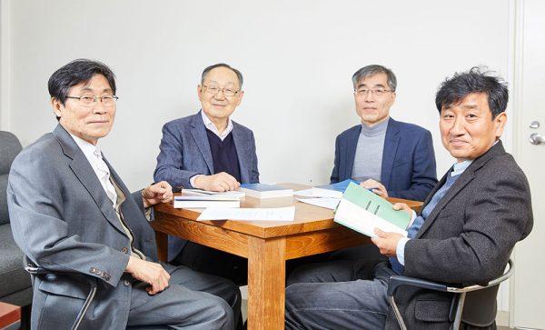 왼쪽부터 임형택 백낙청 최경봉 정승철 © 김준연